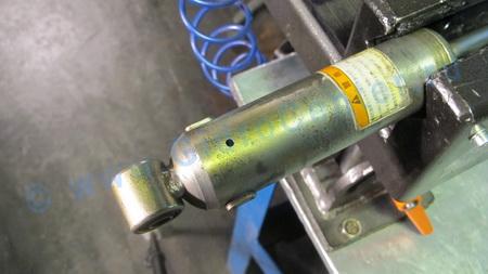 Закачка амортизаторов газом своими руками 40